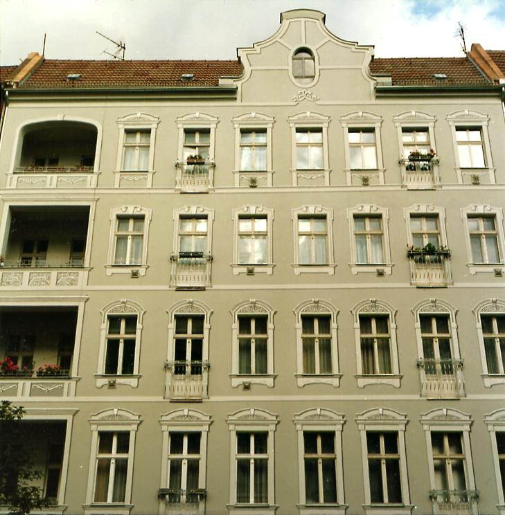 Fassade mit gemalten Suck-Elementen
